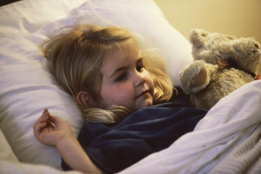 djevojčica dijete spavanje krevet